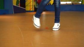 Ung höft-flygtur kvinnlig dansare i danskorridoren Närbilden sköt av att dansa fot i vita gymnastikskor arkivfilmer