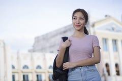 Ung högskolestudent With Her Backpack arkivfoton