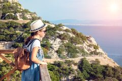 Ung h?rlig flicka som reser l?ngs kusten av medelhavet fotografering för bildbyråer
