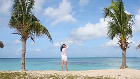 Ung h?rlig kvinna p? stranden under tropisk semester arkivfilmer