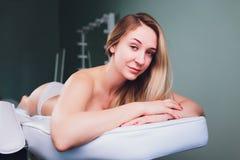 Ung h?rlig kvinna som f?r anticellulite och anti-fet terapi i sk?nhetsalong royaltyfria bilder