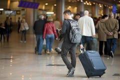 Ung handelsresande med smartphonen i flygplats arkivfoto