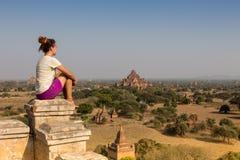 Ung handelsresande som tycker om en seende solnedgång på Bagan, Myanmar Asien arkivbilder