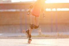 Ung hastighet för tonårs- flicka som åker skridskor på rollerdrome royaltyfria foton