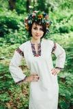 Ung hednisk slavisk flickauppförandeceremoni på solstånd Royaltyfri Foto