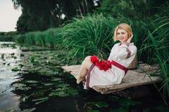 Ung hednisk slavisk flickauppförandeceremoni på solstånd Arkivbilder