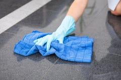 Ung hembiträde Cleaning The Floor royaltyfri bild