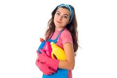 Ung hembiträdekvinna med rengöringsmedel arkivbilder