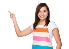 Ung hemmafru med fingerpunkt upp Royaltyfri Foto