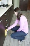 Ung hemmafru på köket Royaltyfria Bilder
