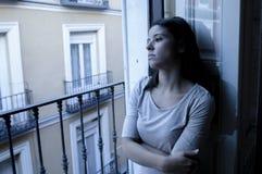 Ung hemmastadd balkong för ledsen och desperat latinsk kvinna som ser förstörd och deprimerad lidandefördjupning som känner ensam Royaltyfri Bild