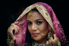 Ung hinduisk kvinnamodell för indisk flicka med kundan jewelr arkivbild