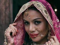 Ung hinduisk kvinnamodell för indisk flicka med kundan jewelr royaltyfri bild