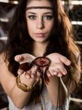 Ung hippiebohokvinna som har gyckel och den hållande maskot Arkivfoto