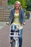 Ung kvinna på cykeln Royaltyfri Foto