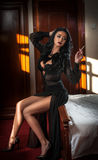 Ung härlig brunettkvinna i svart klänning som kopplar av på i tappninglandskap Romantisk mystisk ung dam Royaltyfri Foto