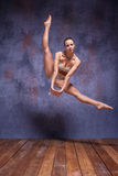 Ung härlig dansare i beige swimweardans Royaltyfri Foto