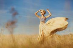 Ung härlig flicka på fältet Arkivfoto