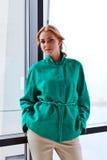 Ung härlig kvinna i grönt omslag Royaltyfri Foto