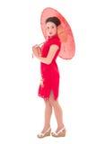 Ung härlig kvinna i röd japansk klänning med paraplyisolat Royaltyfria Bilder