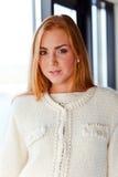 Ung härlig kvinna i ärmlös tröja Arkivbilder