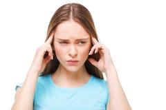 Ung härlig kvinna med huvudvärk som isoleras på vit Royaltyfri Bild