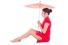 Ung härlig sammanträdekvinna i röd japansk klänning med umbrell Arkivbilder