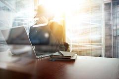Ung idérik märkes- man som arbetar på kontoret med datoren Arkivbilder