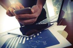 Ung idérik märkes- man som arbetar på kontoret och smartphonen Royaltyfria Foton