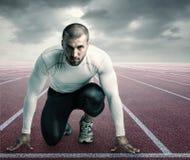 Ung idrottsman nen i startande position Arkivbilder