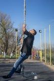 Ung idrottsman nen som upp klättrar konditionrepet Royaltyfri Bild