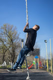 Ung idrottsman nen som upp klättrar konditionrepet Royaltyfri Foto