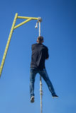 Ung idrottsman nen som upp klättrar konditionrepet Royaltyfri Fotografi