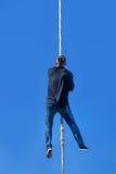 Ung idrottsman nen som upp klättrar konditionrepet Arkivfoton