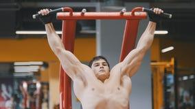 Ung idrottsman nenman som drar upp i en idrottshall, slut upp Royaltyfri Foto