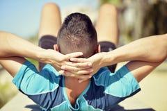 Ung idrottsman som gör buk- övningar Royaltyfri Foto