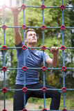 Ung idrottsman som upp klättrar en ne Arkivbild