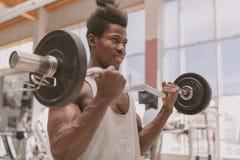 Ung idrottsman som utarbetar med skivst?ngen arkivbilder