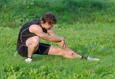 Ung idrottsman som värmer upp Royaltyfri Foto