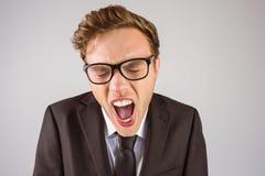 Ung ilsken affärsman som ropar på kameran Arkivbild