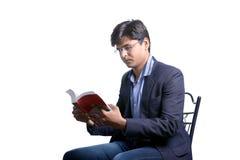 Ung indier på dräkt och läseboken royaltyfri fotografi