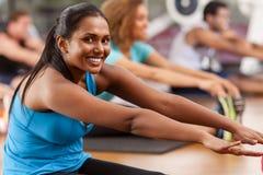 Ung indisk kvinna i en idrottshall Royaltyfria Bilder