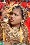 Ung indisk kvinna som förbereder sig att dansa kapacitet på kamelfestivalen i Pushkar, Indien Royaltyfri Bild