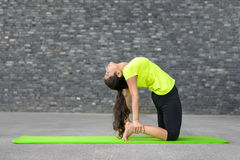 Ung indisk kvinna som utarbetar göra yoga arkivfoton