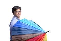 Ung indisk man med paraplyet royaltyfria bilder