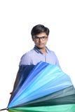 Ung indisk man med paraplyet arkivfoton