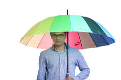 Ung indisk man med paraplyet fotografering för bildbyråer