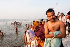 Ung indisk man som ler efter bad Arkivbilder