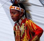 Ung infödd pojke med huvudbonaden Royaltyfria Foton
