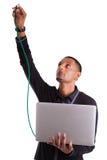 Ung inkopplingsdatorforskare en Ethernettråd Arkivfoton
